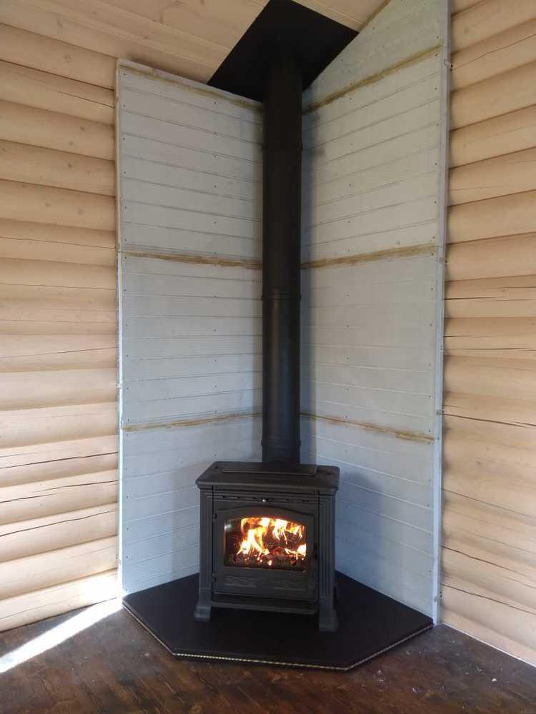 Печь Plamen Tena в интерьере деревянного дома (монтаж 2017 г.)